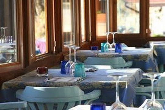 ゆったりとした空間に、 選りすぐった家具を配し、 絶妙な色彩バランスでコーディネートしたレストラン。
